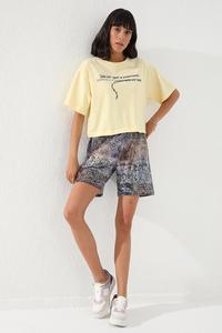 Tommy Life Toptan Eflatun Kadın Yazı Baskılı Batik Desenli Bağcıklı Rahat Form Bermuda Şort-91004 - Thumbnail