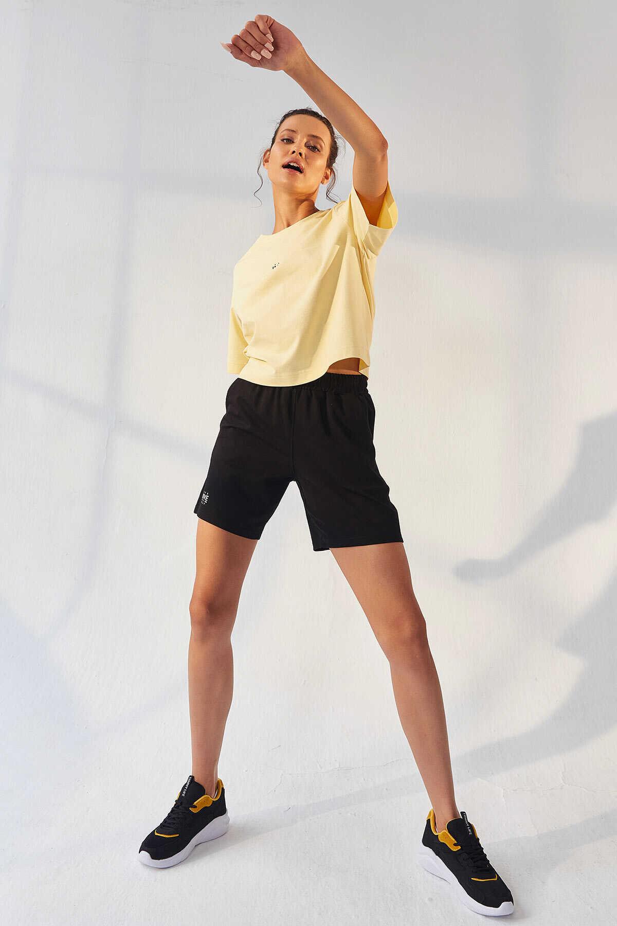 Tommy Life Toptan Sarı-Siyah Kadın Küçük Yazı Baskılı O Yaka Oversize Bermuda Şort Takım - 95292