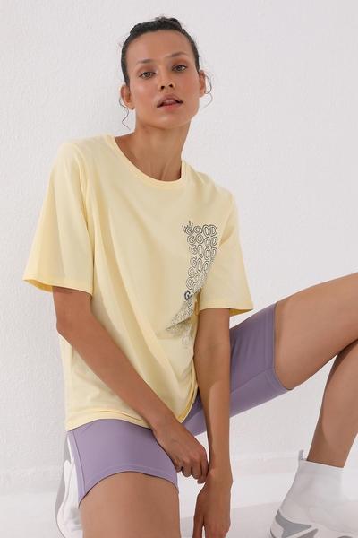 TommyLife - Tommy Life Toptan Açık Sarı Kadın Deforme Yazı Baskılı Oversize O Yaka T-Shirt - 97134