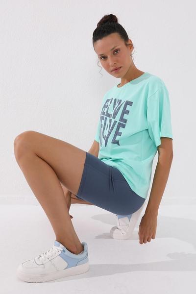 TommyLife - Tommy Life Toptan Mint Yeşili Kadın Deforme Yazı Baskılı Oversize O Yaka T-Shirt - 97139