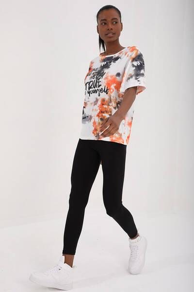 TommyLife - Tommy Life Toptan Turuncu Kadın Yazı Baskılı Batik Desenli Oversize O Yaka T-Shir