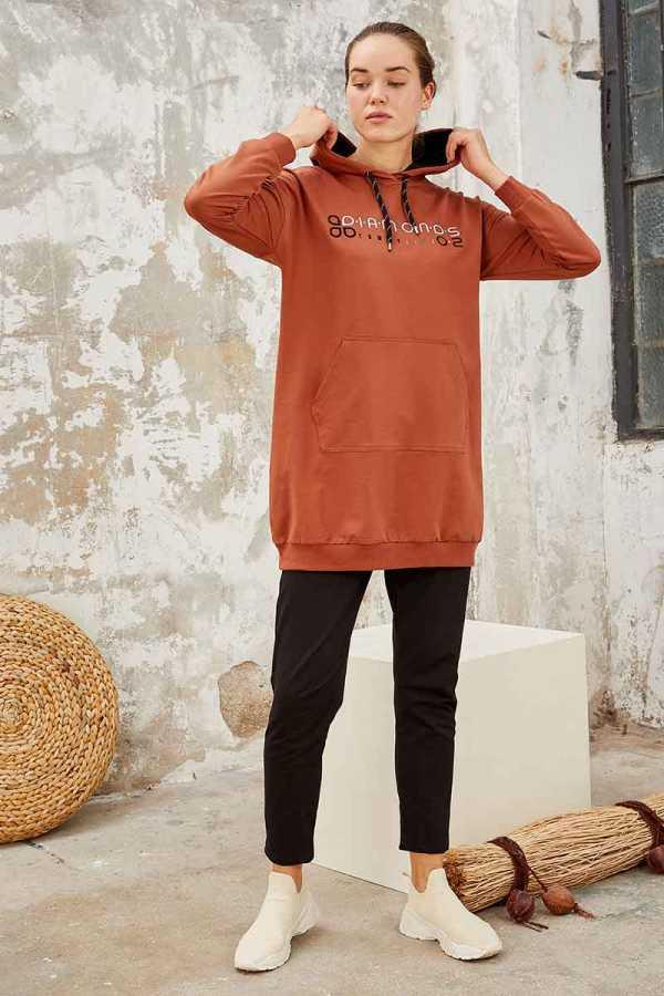 Tommy Life Toptan Tarçın-Siyah Kadın Kapüşonlu Yazı Nakışlı Rahat Form Dar Paça Eşofman Tunik Takım-95246