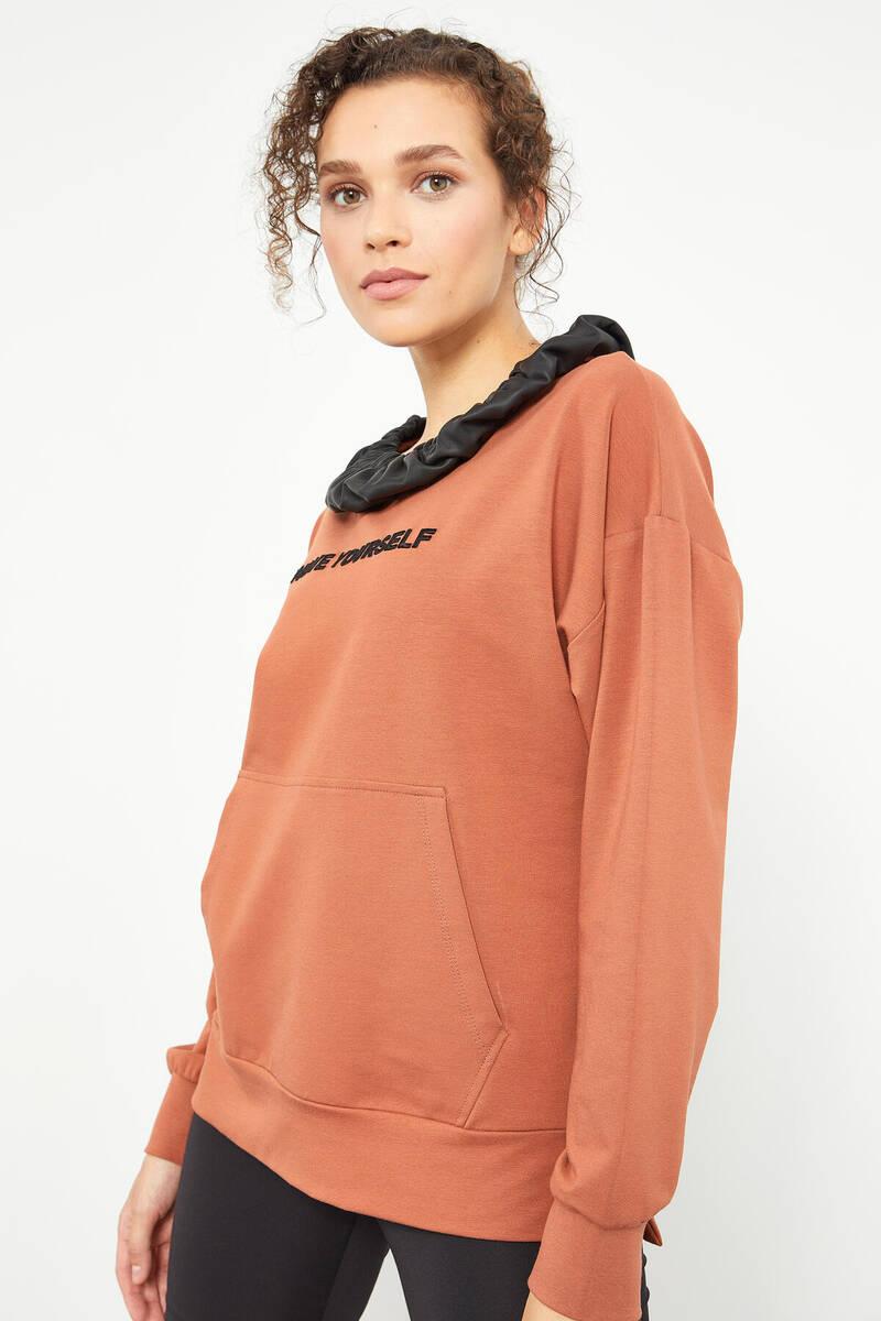 TommyLife - Tommy Life Toptan Tarçın Kadın Büzgülü Deri Detaylı Kanguru Cep Oversize Sweatshirt - 97161
